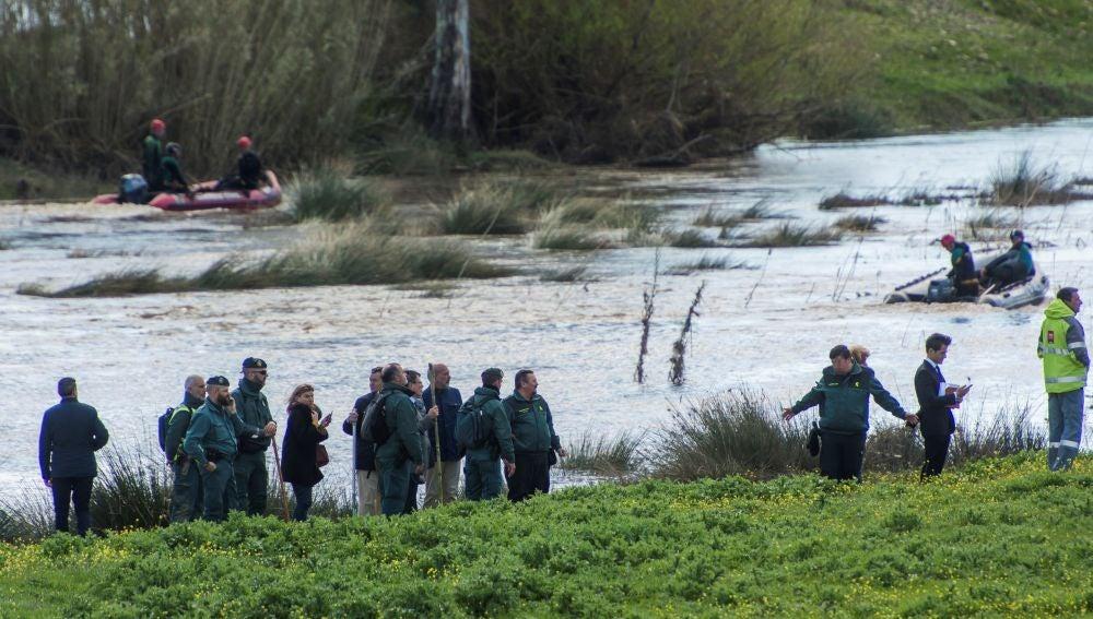 Miembros de la guardia civil en la desembocadura del arroyo Galapagar donde han hallado el cadáver