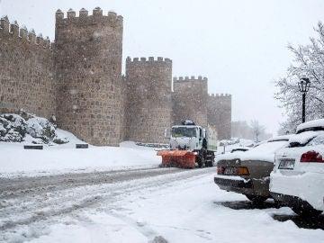 Una máquina quitanieves cerca de la muralla de Ávila
