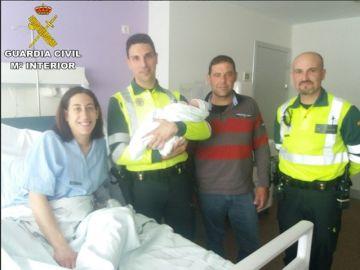 Guardia Civil de tráfico asiste en el parto de una mujer