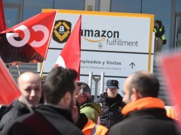 Trabajadores de Amazon frente a la sede de la empresa en San Fernando de Henares