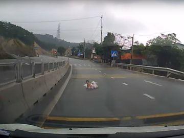 El bebé gateando en la carretera