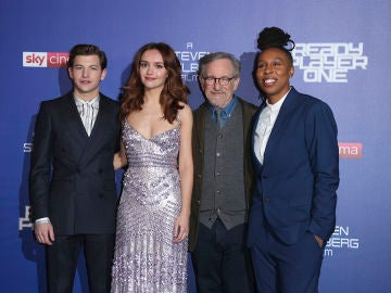 Steven Spielberg junto a Tye Sheridan, Olivia Cooke y Lena Whaite