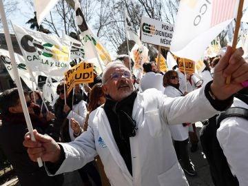 Manifestación convocada por el colectivo médico a las puertas del Ministerio de Sanidad