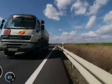 Un ciclista graba el arriesgado momento en el que casi le arrolla un camionero en un adelantamiento