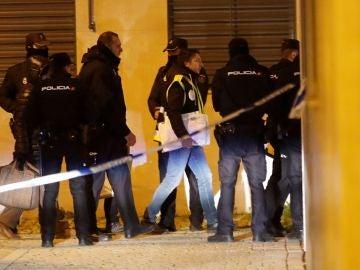 Miembros del la policía científica se han desplazado a la calle Benjamín Palencia de Getafe
