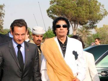 Fotografía de archivo de Nicolas Sarkozy y el líder libio Muamar Gadafi