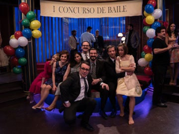 Los actores posan durante el rodaje del 'I Concurso de Baile' del 'King's'