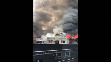 Alarma por un aparatoso incendio en un edificio del centro de Glasgow
