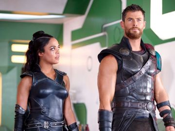 Tessa Thompson y Chris Hemsworth en 'Thor: Ragnarok'