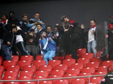 Aficionados del Olympique de Marsella, en la grada de San Mamés junto a agentes de la Ertzaintza