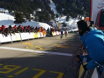 Alejandro Valverde alza los brazos en la meta de La Molina