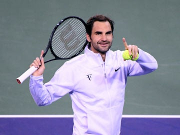 Roger Federer saluda a la grada