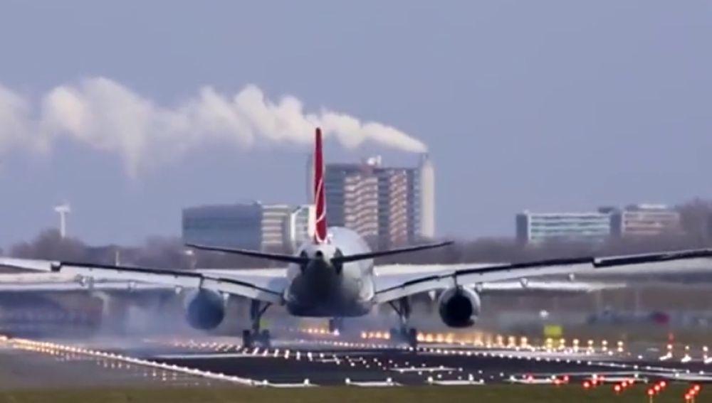 El viento obliga a los aviones a aterrizar de lado en Amsterdam