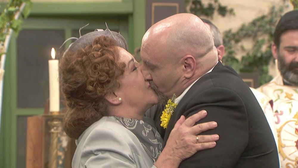 Dolores y Tiburcio se dan el 'sí, quiero' en la plaza de Puente Viejo