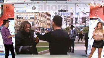 Un indigente intenta agredir a un reportero en la televisión argentina