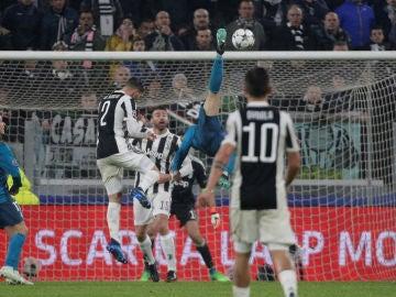 Cristiano ejecuta su chilena ante la Juventus