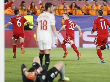 Los jugadores del Bayern celebran el segundo gol ante el Sevilla