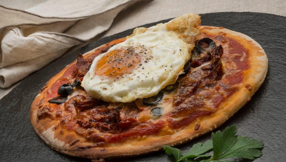 Pizza con huevo frito