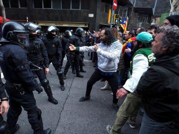 Miembros de los Mossos d´Esquadra impiden el paso de manifestantes en las inmediaciones de la Delegación del Gobierno en Barcelona