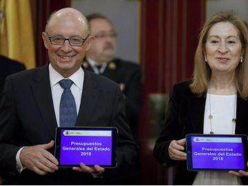 El ministro de Hacienda, Cristóbal Montoro, ha entregado a Ana Pastor los Presupuestos