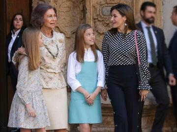 Doña Sofía junto a sus nietas y la reina Letizia