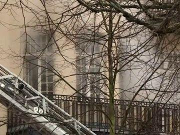 Un edificio con varias embajadas arde en Estocolmo