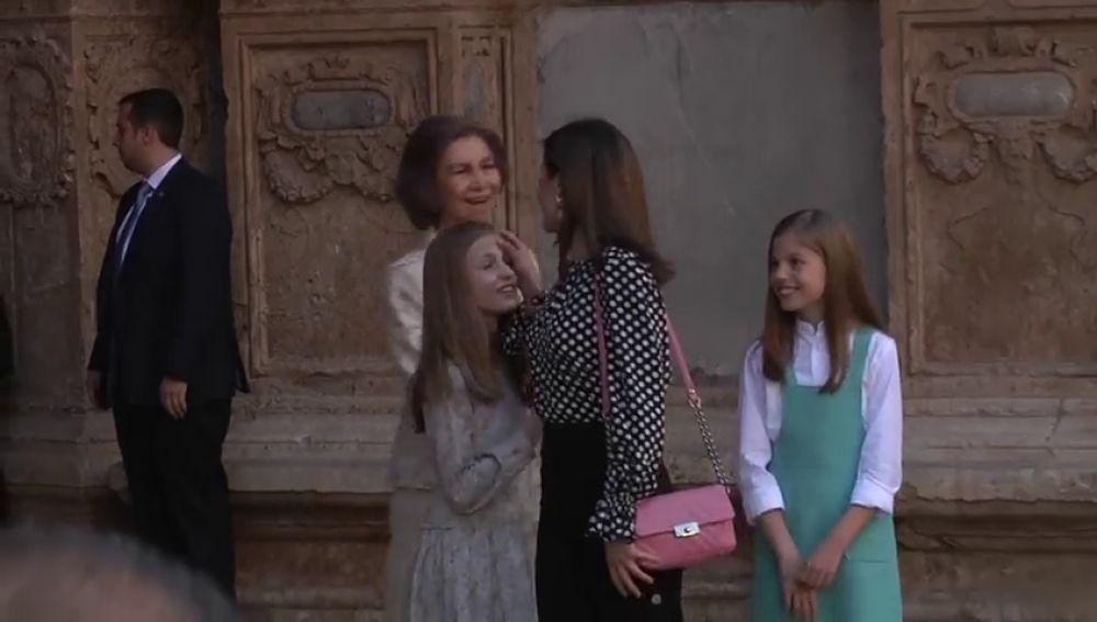 La reina Letizia limpia un beso a la princesa Leonor