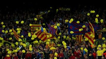 Globos amarillos y esteladas en el Camp Nou