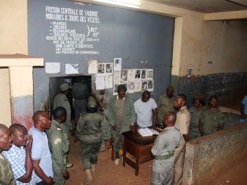 Las fuerzas de seguridad se ponen de pie durante la liberación de los activistas anglófonos en la prisión de Yaundé
