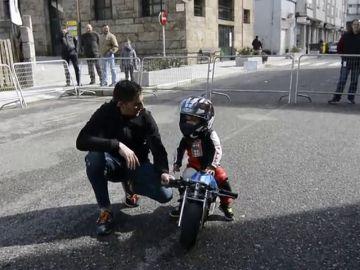 Un niño de 20 meses bate un récord Guinness al ser el piloto más joven