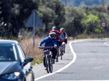 Ciclistas circulando por la carretera