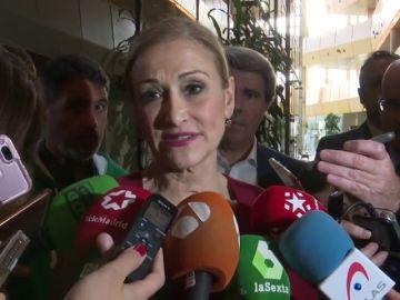 Cifuentes descarta que vaya a dimitir por la polémica de su máster y dice sentirse apoyada por el Partido Popular