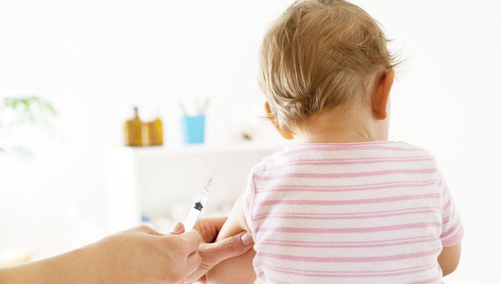 Bebé con una vacuna