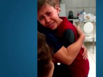 La reacción de un niño sordo cuando vuelve a oir