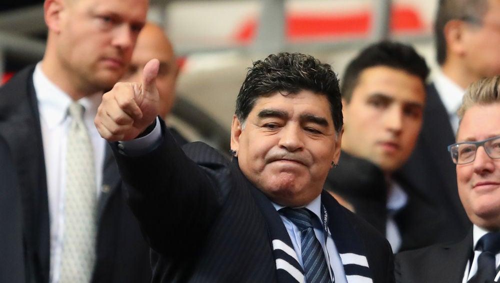 Maradona saluda a los aficionados