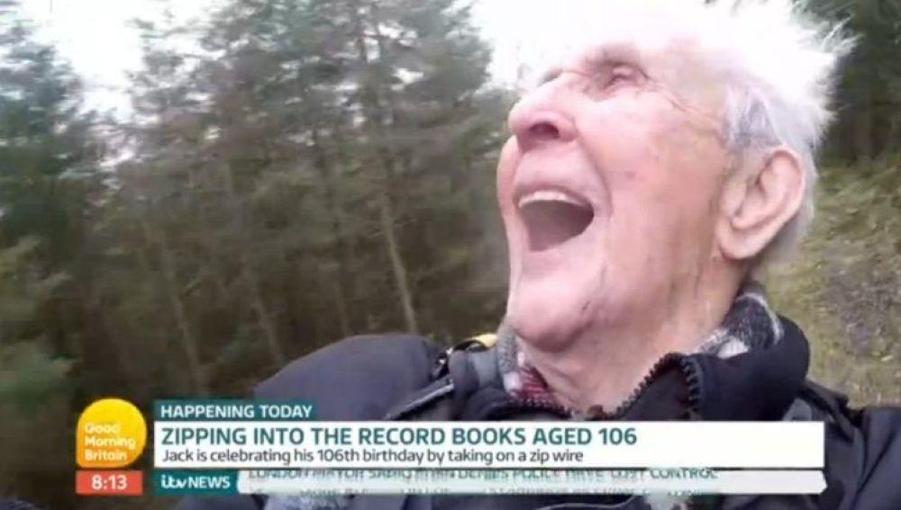 Daredevil Jack Reynolds batiendo un récord de tirolina por su 106 cumpleaños