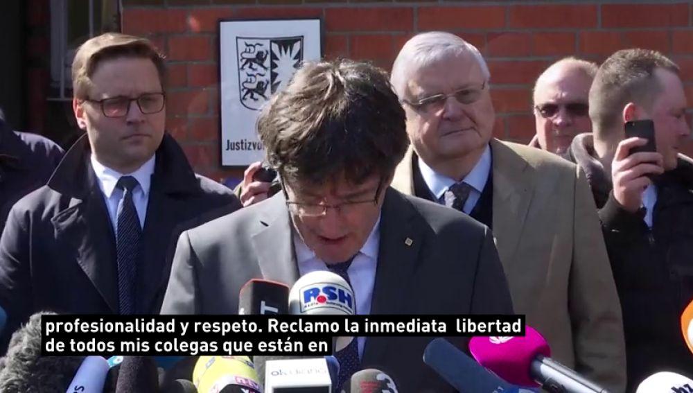 """Puigdemont agradece """"el apoyo y la solidaridad"""" recibidos al salir de la prisión alemana de Neumünster"""
