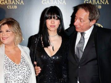 Alejandra Rubio junto a sus padres