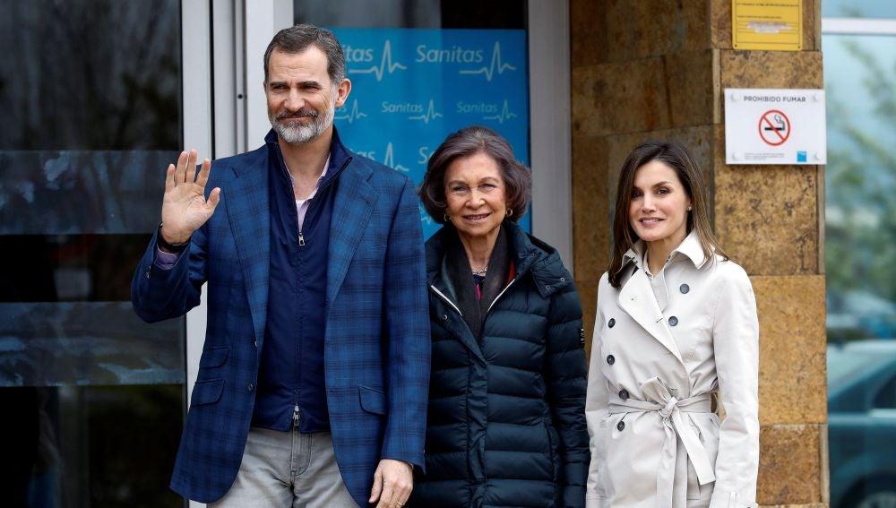 Los Reyes, acompañados de Doña Sofía, han llegado hoy juntos para visitar al Rey Juan Carlos