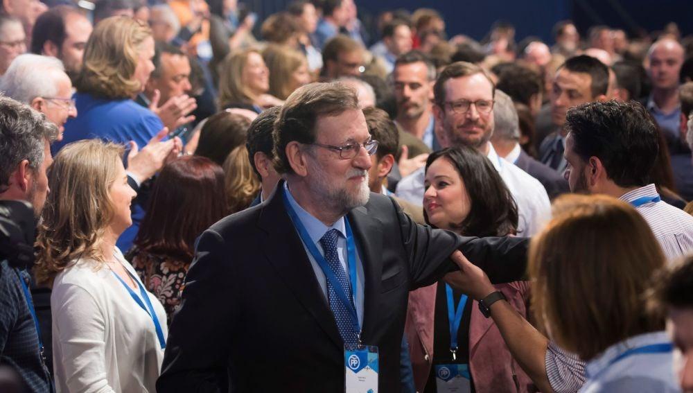 El presidente del Gobierno, Mariano Rajoy, saluda a los asistentes durante la inauguración