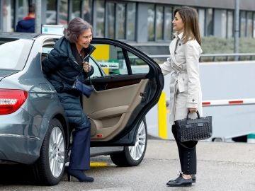 La Reina Letizia abre la puerta del coche a Doña Sofía