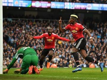 Pogba celebra uno de sus goles con el United en el derbi