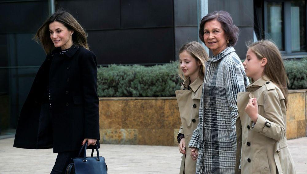 La Reina Sofía entra de la mano de sus nietas en el hospital