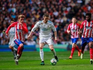 Cristiano conduce el balón ante la defensa de Griezmann