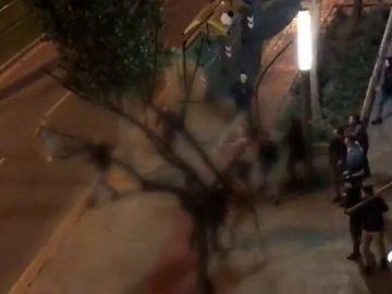 Tres jóvenes heridos graves en una batalla campal en Cornellà (Barcelona)