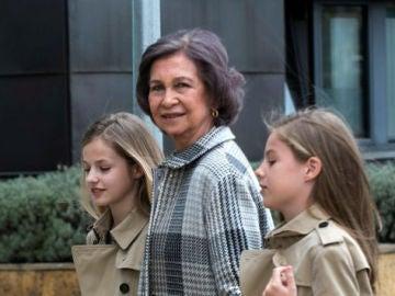 La reina Sofía de la mano de la princesa Leonor y la infanta Sofía