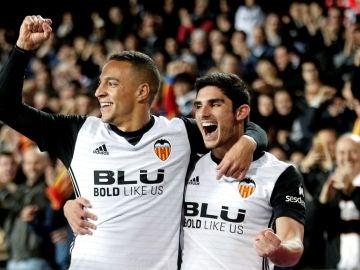 Rodrigo celebra un gol con el Valencia