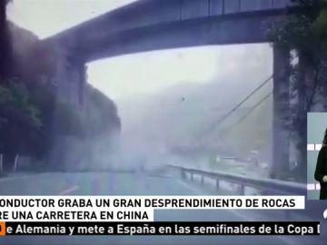Decenas de rocas caen sobre la calzada de una carretera en China