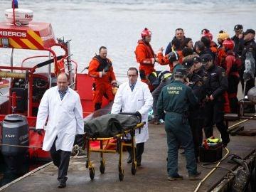 Trabajadores del servicio funerario trasladan el cadáver de Andrea Domínguez