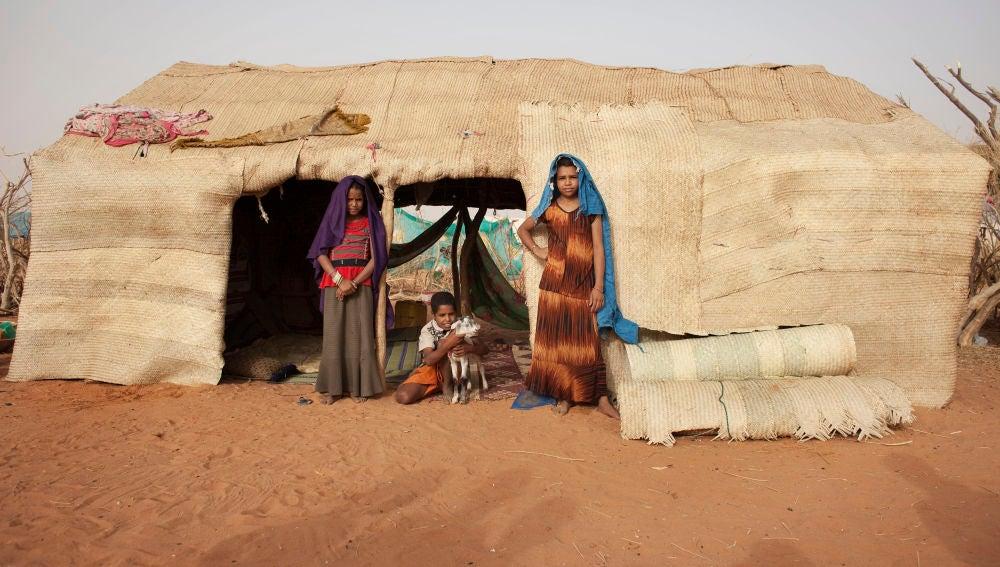 Varios niños mauritanos en un campamento de refugiados